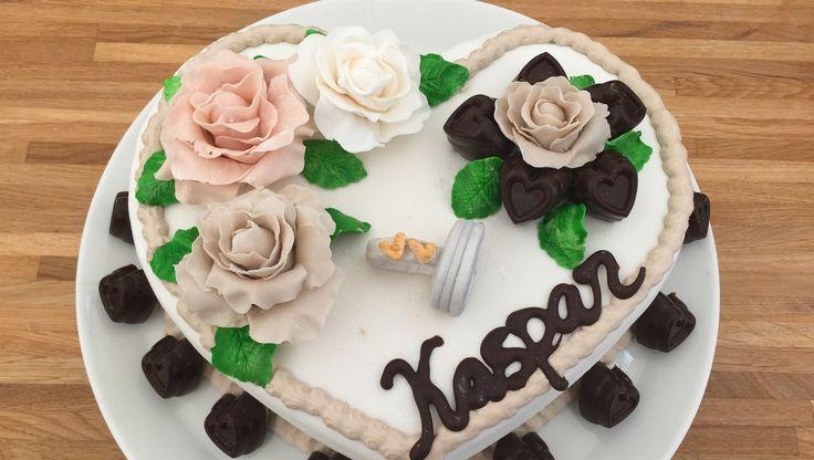Kaspars Kage Iben lavede dette flotte mesterværk i syvende program af Den store Bagedyst, hvor temaet stod på hjertekager. Kagen består af både chokolade- og nøddebunde, som er forkælet med karamel, brombærmousse, hvid chokolademousse og fyldte chokolader med mintsmag. Prøv Ibens lækre opskrift her.