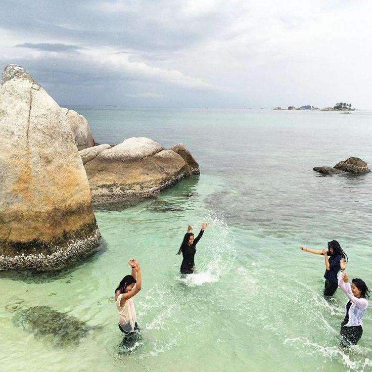 Pulau Batu Berlayar, Tanjung Kelayang, Belitung  Keindahannya wajib Sobat Jalan kunjungi saat menginjakkan kaki di Pulau Belitung, keunikan pulau kecil mungil ini tidak tak bisa dibandingkan dengan pulau lainnya. Selain terdapat batu-batu besar yang kokoh, batuan granit, pantai pasir putih, pulau ini juga dapat menghilang ketika air sedang pasang.   Photo by : @fauzisyahreza . . . www.tukangjalan.com . . .  #belitungisland #belitung #pesonaindonesia #explorenusantara #belitungtrip