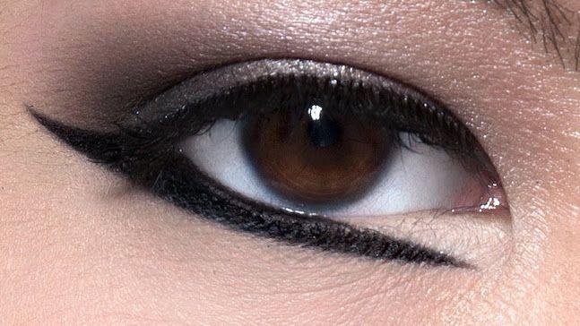 Altre volte l'eyeliner viene accostato a un ombretto in polvere metallico come l'argento.