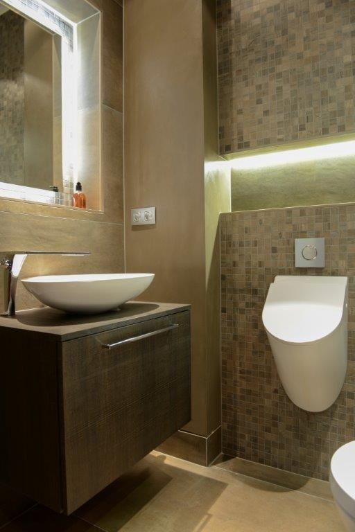 Urinoir in mooi toilet