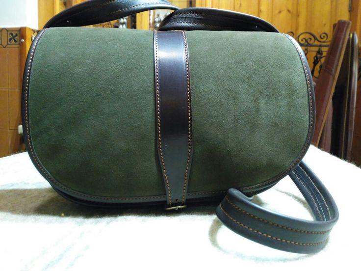 Bolso fabricado en piel de gamuza,  para ver más bolsos  http://m.guarnicionerialopez.com/guarnicionerialopez_producto.php?nid=4  #guarnicionerialopez #bolso #cuero #artesania #bags #handbag #handicrafts #leather #leathergoods #leatherwork #leathercraft #bag #artisan #MadeInSpain