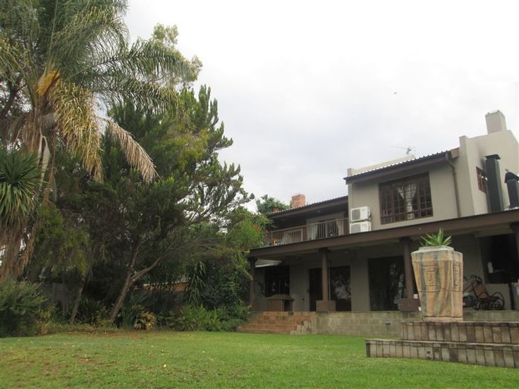 236 On Riebeeck - 236 On Riebeeck is a spacious unit is situated in the most popular guesthouse street in Oudtshoorn. It offers an open-plan living and dining room with beautiful views. There is one very large bedroom with ... #weekendgetaways #oudtshoorn #kleinkarookannaland #southafrica