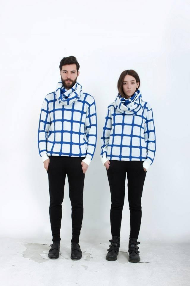 B r a c k e t s (blue sweater) doble faz- B r a c k e t s (blue maxi-scarf) doble faz-