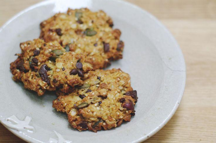 Recette des super cookies (pour 25 environ) : - 100 g de flocons d'avoine - 100 g de sésame / graines de tournesol / graines de courge / noisettes (en mélange) - 100 g de chocolat noir haché (ou en pépites) - 200 g de farine t.80 + 1/2 sachet de levure chimique - 100 g de sucre complet (de la panela de Colombie rapée pour nous) ou de cassonade -100 g d'huile d'olive - 1 oeuf - 50 g de liquide (lait / jus de fruit/purée de fruit) à ajuster selon le type de farine utilisé Préchauffez le four à…