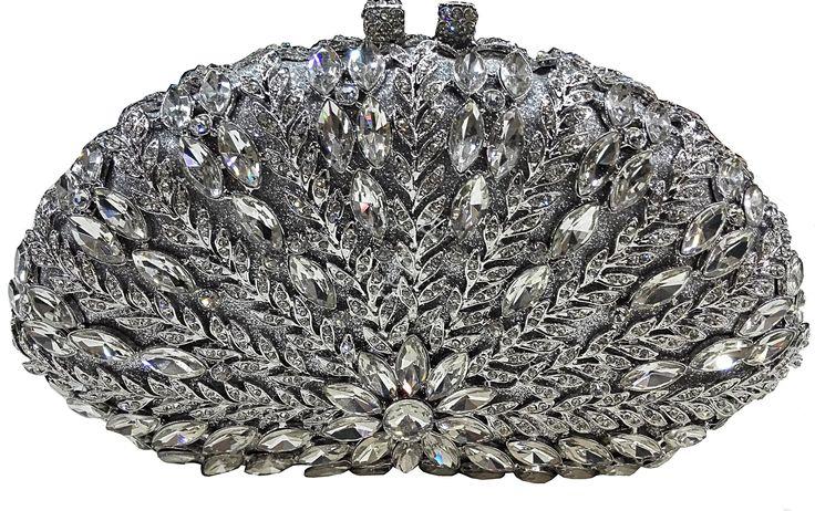 Cudownie błyszcząca torebka, ręcznie zdobiona kryształkami w wielu kształtach i rozmiarach. Kryształki ułożone w wzór kwiata i odchodzących od niego liści tworzą niesamowity wzór. Torebka cała zdobiona, posrebrzane okucie i zapięcie wysadzone malutkimi kryształkami. #torebka #torebkawieczorowa #wieczorowa #torebeczka #