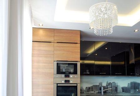Nowoczesne meble kuchenne z panoramą miasta na szkle wykonana przez Mazur &…