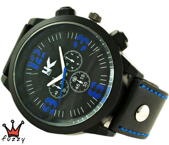 Ανδρικό ρολόι  σε μαύρο και μπλε χρώμα στο εσωτερικό του. Λουράκι σε μαύρο χρώμα από δέρμα με μπλε ραφές . Καντράν  50 mm.