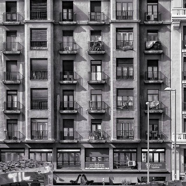 Fachadas... #madrid #places#lugares #people#gente#urbanscenes#escenasurbanas #architecture #arquitectura #building #edificio #winter #invierno #monocromo @huaweimobileesp #huaweimate10