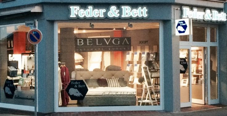Weniger ist manchmal mehr. Das Schaufenster von Feder & Bett Bettenfachgeschäft GmbH ist frei und offen gestaltet und ermöglicht so einen ungehinderten Blick ins Ladeninnere.