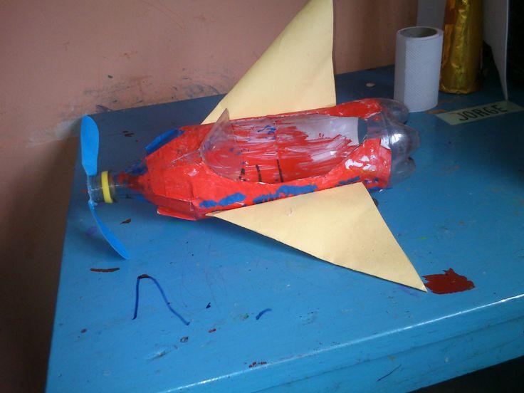Avion hecho con botella de pl stico y cartulina - Botellas de plastico manualidades ...
