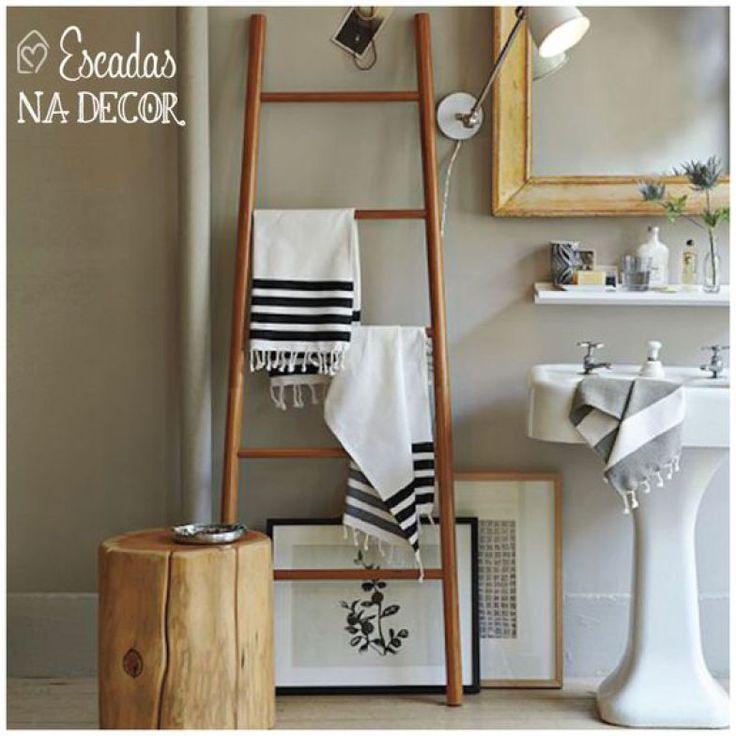 Antes um banheiro simples, foram os quadros e a escada que fizeram a diferença neste ambiente