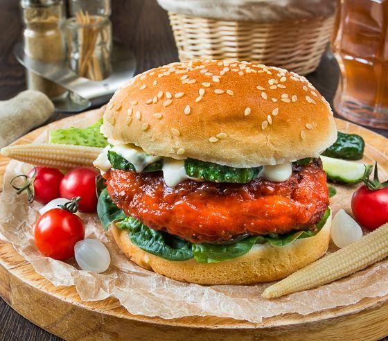 В этом рецепте объединяются два классических американских блюда - бургер и курица баффало (или крылышки баффало). Куриная котлета в остром соусе, свежий огурец и традиционный соус с голубым сыром - просто отличное сочетание.В качестве салатной зелени у меня в этот раз выступил свежий шпинат, но вы можете использовать любой другой салат по своему вкусу - [...]