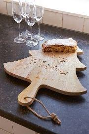 Merry Christmas! Deze unieke, houten snijplank, in de vorm van een kerstboom, is onmisbaar voor die lekkere kerststol op de kersttafel. Leuk detail: het touwtje aan het handvat, hier kun je de broodplank mee ophangen aan een haakje wat ruimte bespaart.