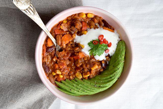 Chili sin carne er den vegetariske version af Chili con carne. Det smager så godt, supersundt, nemt at lave og så luner det godt på kolde efterårsaftener. Helt perfekt comfort food, der kræver mini…