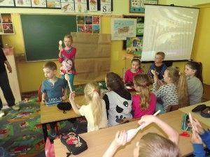 Już po raz trzeci uczniowie klasy I uczyli swoich starszych kolegów. Tym razem tematem zajęć był teatr. Dzieci przygotowały krzyżówkę, porównywały teatr starożytny ze współczesnym. Opowiadały o teatrze lalkowym. Prezentowały kukiełki, jawajki, marionetki oraz pacynki. Wspólnie ze swoimi starszymi kolegami i koleżankami wykonywały kukiełki, które potem wzięły udział w krótkim przedstawieniu lalkowym przygotowanym przez dzieci z klasy III.