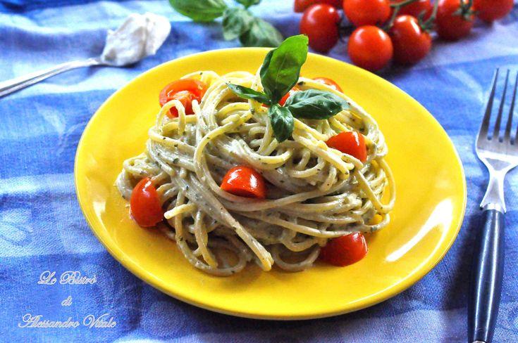 Gli Spaghetti alla crema di pesto e pomodorini sono un gusto e veloce primo piatto. E' un ottima idea anche per l'estate gustato freddo.