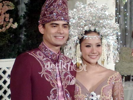 Sumatran wedding. What a beautiful couple!