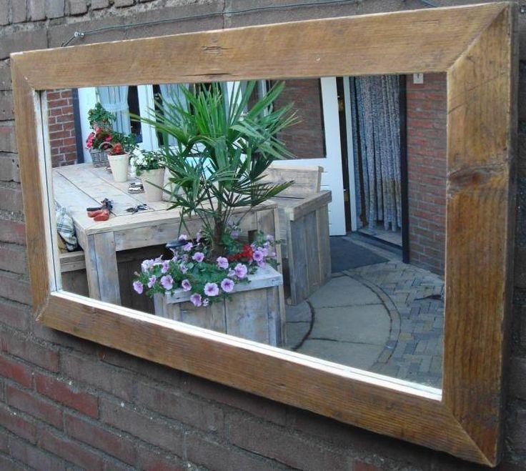 Een spiegel tegen de schutting of een muur geeft een tuin meer diepte. Wanneer je hem tegenover je mooiste border plaatst, verdubbelt deze ook nog eens. steigerhouten meubelen / spiegel steigerhout / maatwerk mogelijk