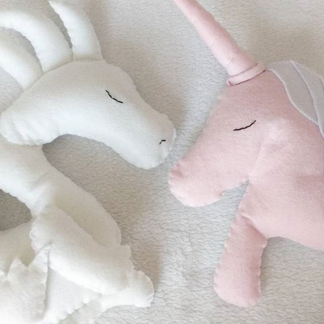Animali incantati abitano il mondo di Fairyfantasy, vieni a scoprirli tutti! Qui vi presento il drago bianco e l'UNIcorno duble-face bianco e rosa.  Vi ricordo che gli UNIcorni saranno pres…