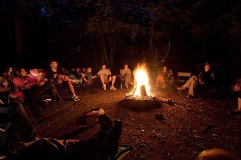 Ideas para programar veladas. Divertidos juegos o actividades grupales para realizar con niños o adolescentes durante la noche en los campamentos de verano.