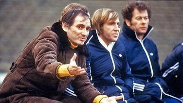 """Im Juli 1978 wirdBranco Zebec(l.) neuer Trainer der """"Rothosen"""". In seiner ersten Saison feiert der Jugoslawe den Gewinn der deutschen Meisterschaft und zieht ein Jahr später ins Finale des Landesmeisterpokals ein. Doch seine Alkoholprobleme werden dem Disziplinfanatiker zum Verhängnis: Am 16. Dezember 1980 ist der HSV zwar Tabellenführer, der Trainer aber nicht mehr tragbar - Zebec muss gehen ; ... nur der HSV !!"""