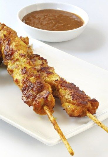 Satay-Spieße - Brunch: Rezeptideen - Achtung: Die Satay-Sauce macht süchtig! Die scharfe Erdnusssauce schmeckt phantastisch zu Hähnchenspießen. Sie eignet sich aber auch zum Dippen von Gemüse oder Brot...