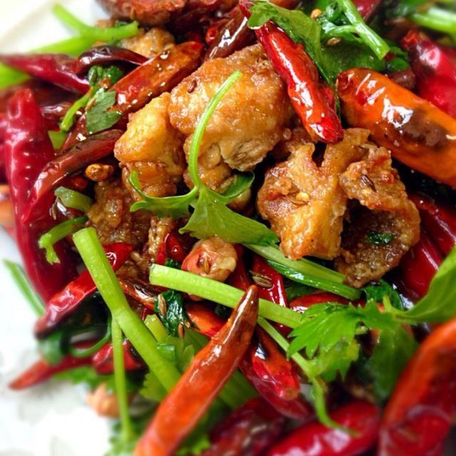 "TV番組チューボーですよ、に触発されて。唐辛子は低温で炒めカリカリに。唐辛子の頭を取らずそのまま炒めれば余り辛味が油に移らず日本人には食べやすく仕上がります。茴香はパウダーより粒の残るものを多めに振ると本格的な味に仕上がります。 - 85件のもぐもぐ - ""辣子鸡 ラーズジー"" 四川風鶏の唐揚げ by FU-TEN"