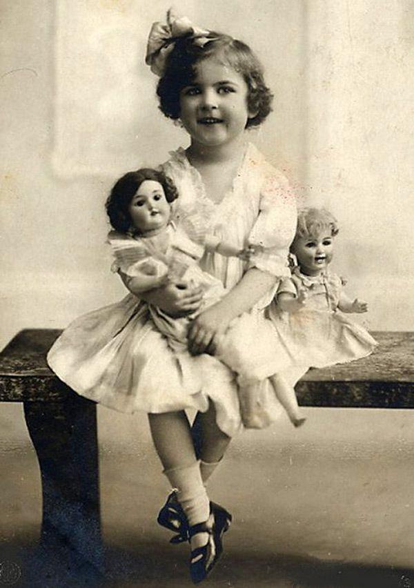 Множество винтажных кукол на старинных фотографиях в 2019 году