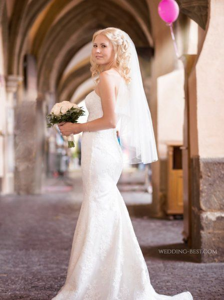 Svatební kytice z krémových růží a nevěstina závoje