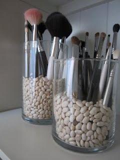 Quelques haricots, un vase et on peut ranger ses pinceaux à maquillage (on pourrait aussi utiliser du riz ou des grains de café).