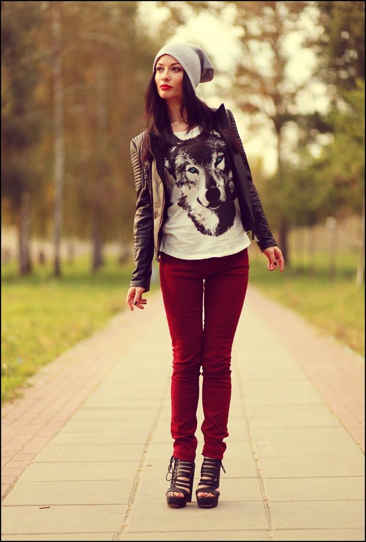 Trouver chandail funky, agencer avec veston noir, culotte rouge, et tuque si approprié.