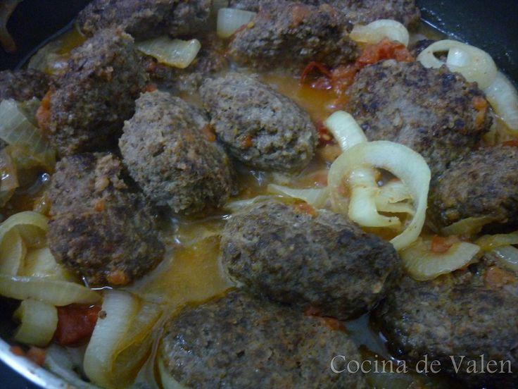 Tortitas de carne molida con cebolla y tomate