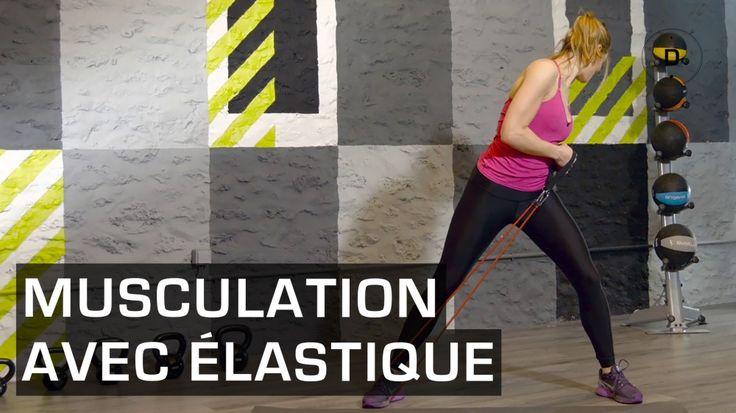 Lucile Woodward, coach sportif, vous propose une séance de musculation avec un élastique. Cet accessoire permet d'ajouter de la difficulté à la plupart des exercices de fitness: squats, fentes, triceps, biceps, abdominaux… et ainsi d'intensifier l'entraînement.