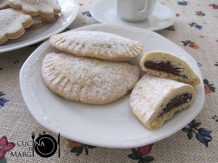 I biscotti ripieni di nutella sono dei dolcetti preparati con pasta frolla e farciti con nutella. Sono dei biscotti perfetti per una sana colazione!