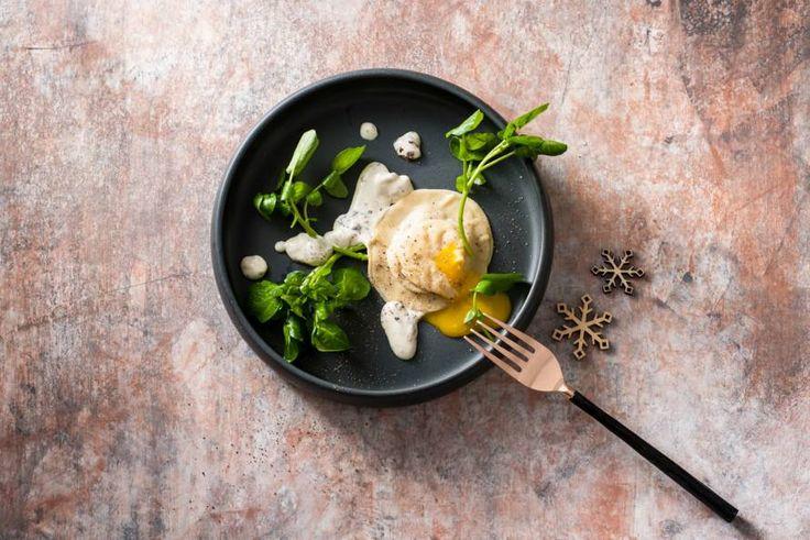 Kijk wat een lekker recept ik heb gevonden op Allerhande! Eendenravioli met zachte eidooier en truffelsaus