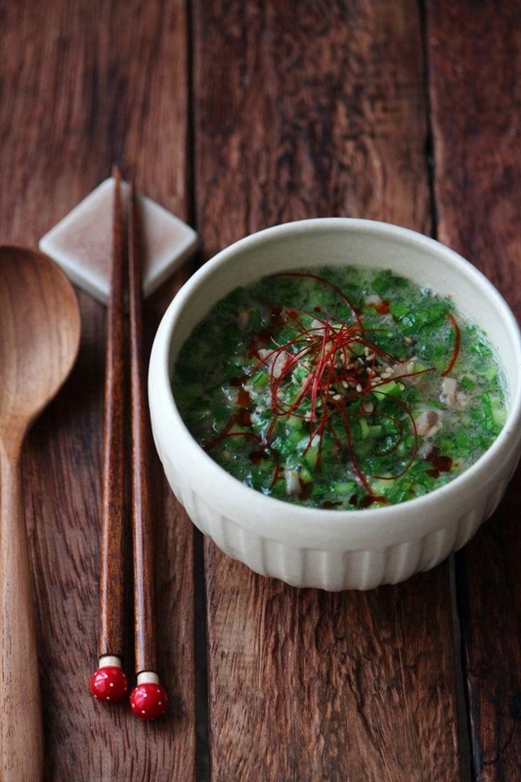 たっぷり小松菜の翡翠ごまスープ。 by 栁川かおり / 鮮やかなグリーンはたっぷりの小松菜!なめらか自慢ねりごまが溶け込んだコクのある春雨スープです。 / Nadia