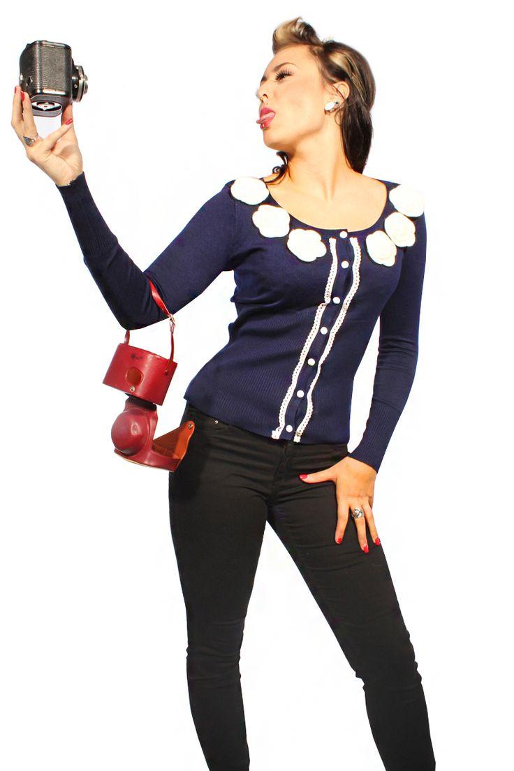 Ausgefallener oldschool Cardigan mit großzügigem U-Ausschnitt und langen Armen. Liebevoll verziert am Kragen mit großen Rosen-Applikationen, die Knopfleiste mit einer vintage Häkelborte und Rosen-Knöpfen.    Durch das weiche stretchige Material entsteht ein wunderbares Tragegefühl! Mit dem feinen Gewebe und dem figurbetonten engen Schnitt passt es auch wunderschön zu einem 50s rock`n roll Kleid oder Marlene-Hose!   http://stores.ebay.de/go-insane