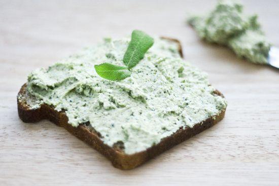 jadłonomia · roślinne przepisy: Co do chleba? Pasta z brokuła.
