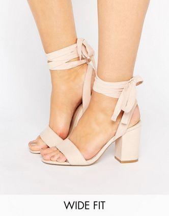 ASOS – HOLDING ON – Sandalen mit Schnürung, weite Passform  46,99 €