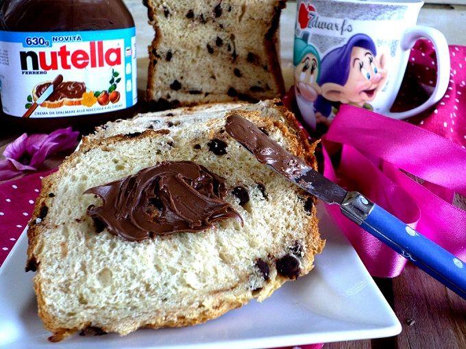 Una buona colazione è assicurata con questo soffice pan brioche, ricco di gocce di cioccolato! molti pensano che con la macchina del pane (MdP) si faccia solo il pane ma non è affatto così..potete fare dolci, marmellate, impasti per pizza e questo fantastico pan brioche!!!   Ingredienti: 200g