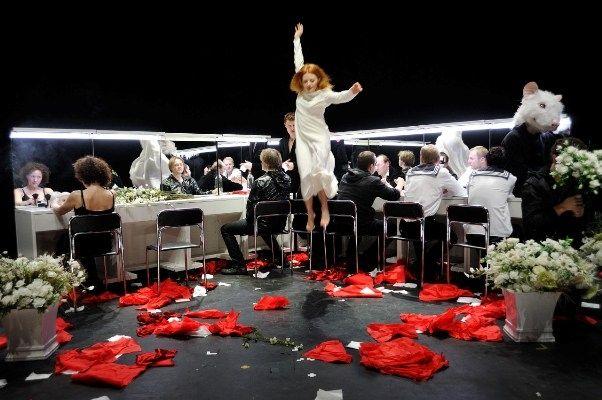 http://www.menuspaustuve.lt/lt/renginiai/11836-okt-vilniaus-miesto-teatras-pristato-hamletas OKT/Vilniaus miesto teatras pristato: Hamletas William Shakespeare | Dviejų dalių spektaklis