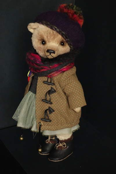 Helen By Natalia Shigareva - I'm glad to introduce the bear to Helen. Stands without help. - Made from germankiskozy manual dyeing. - German black glass eyes. - Hand-nose Cotton Pearl. Waxed. - Filling of sawdust and polina - Weighted metal and granulate Helen is wearing a Japanese cotton coat, a ...