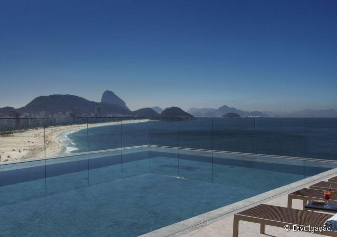 5 - Miramar Hotel by Windsor, Rio de Janeiro (RJ):  a primeira coisa que causa impacto aqui é a decoração, uma das mais belas e requintadas, com atenção aos mínimos detalhes. Os serviços e acomodações são diferenciados, com destaque para a piscina de borda infinita de frente para a orla de Copacabana. Seu restaurante, o Sá, é um dos melhores de cozinha contemporânea da cidade. O hotel é pet friendly, isto é, aceita animais de estimação. O menor custo de diária é de R$ 613.