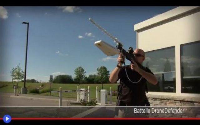 L'utilità del fucile elettronico anti-drone In questo nuovo video del Battelle Memorial Institute, fondazione scientifica statunitense, si può osservare l'effetto di un innovativo tipo di arma, concepito come contromisura alla minaccia di un p #droni #tecnologia #fucili #armi #militari