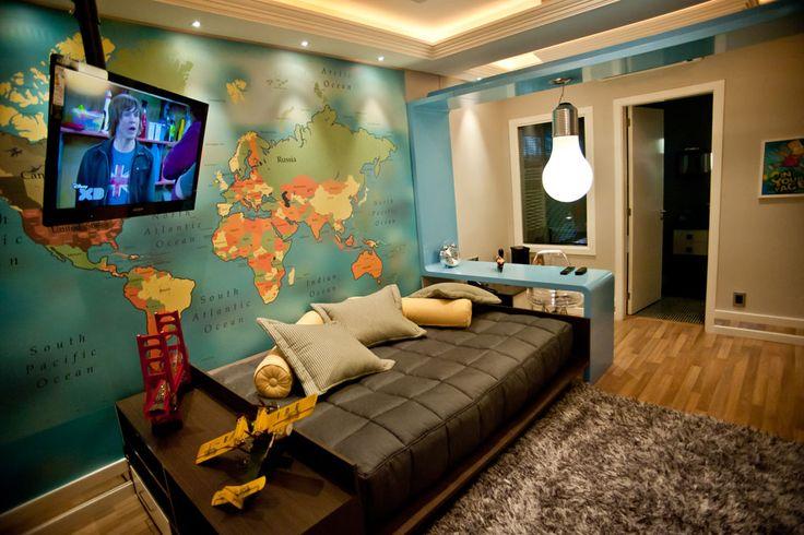 """Esse quarto para um homem jovem ganhou um enorme mapa do mundo nas proximidades da cama. Posicionado lateralmente, o móvel serve para o rapaz usar como sofá ou leito. A luz focada na parede """"lava"""" a curiosa estampa. Projeto de Paulo Sérgio de Almeida Peres."""