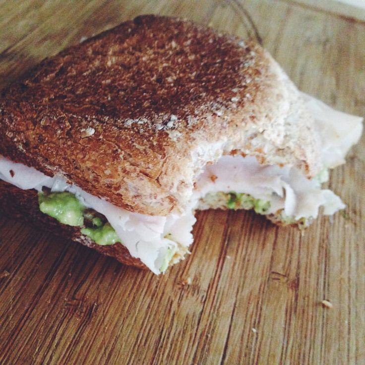 Avocado toast 🍞 L'avocado è un frutto energetico e ricco di grassi insaturi, quindi buoni. Tant'è che ormai viene considerato il piatto delle celebrities. Continua a leggere