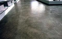 Früher nur als Unterboden verlegt, ist Estrich heute geschliffen und poliert ein trendiger und robuster Bodenbelag im Wohnbereich.