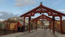Gamle Bybro («The Old Town Bridge») and Lykkens portal («The portal of happiness») facing Bakklandet in Trondheim - Photo: Sven-Erik Knoff