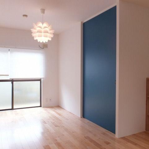 寝室とをわける引き戸がアクセントに。 …