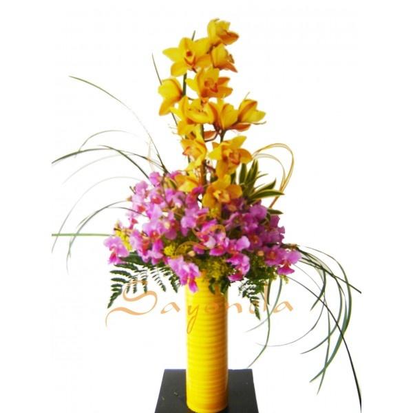 Arreglo compuesto por:        1 Vara de Orquideas Cimbidium con 12 Flores      15 Varas de Orquideas Hawayanas      Follaje Helecho cuero y Cintillos      Base en Jarron de Vidrio